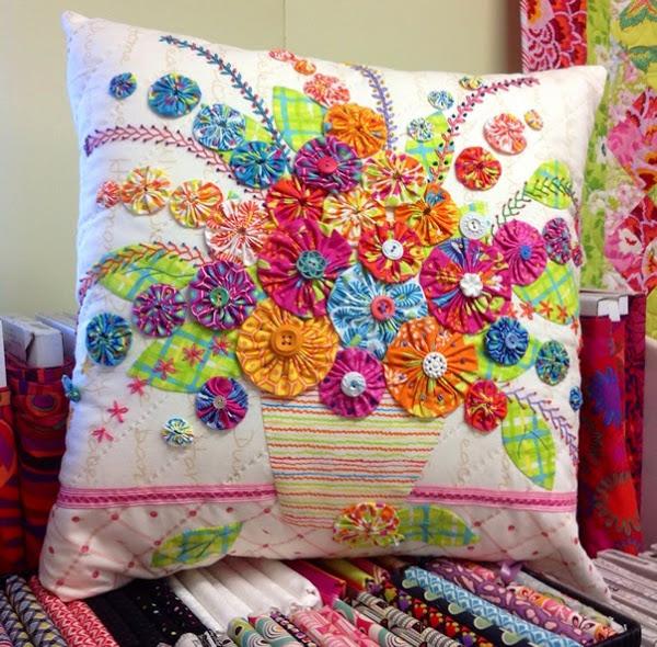 imagem de bonecas feitas com tecidos coloridos