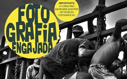 """cartaz preto e branco, com uma fotografia de pessoas tentando pular uma cerca. bola redonda amarela escrito: """"fotografia engajada"""""""