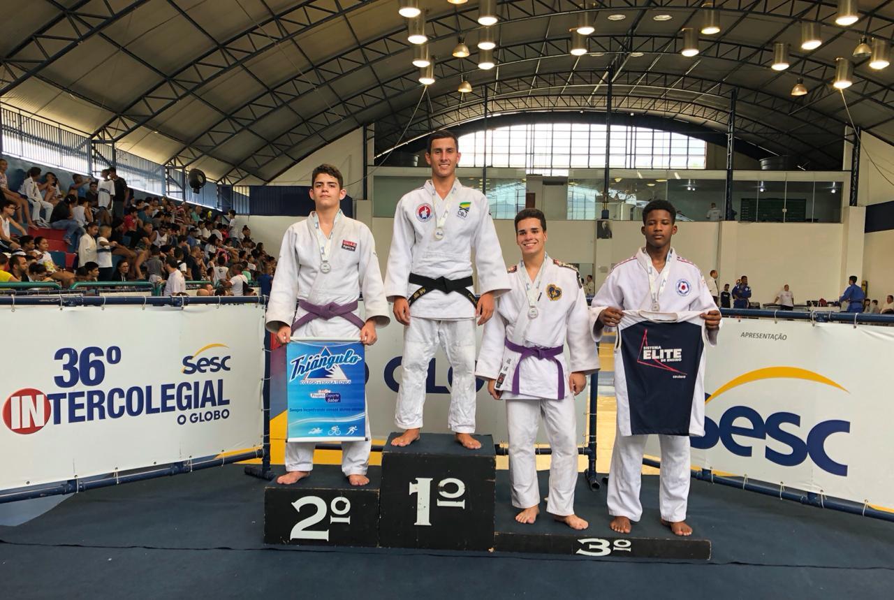 Gabriel no 1º lugar no pódio da competição, ao lado dos outros competidores medalhistas