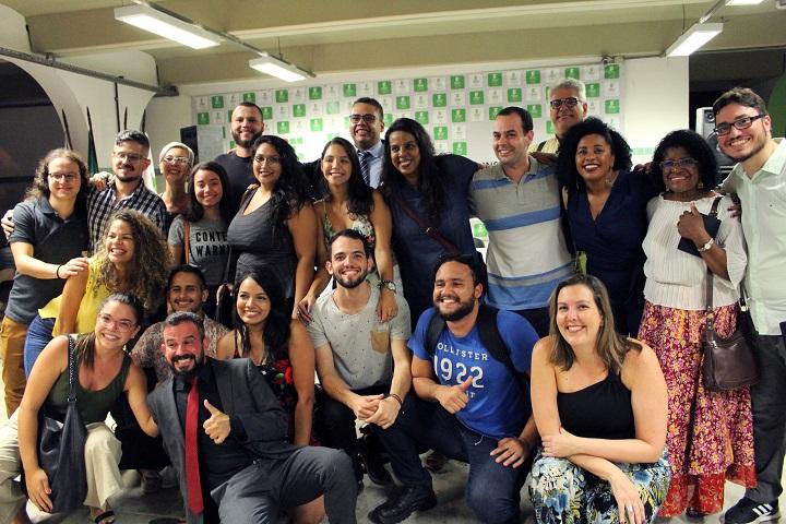 alunos servidores do campus São Gonçalo posando para foto em cerimônia de comemoração