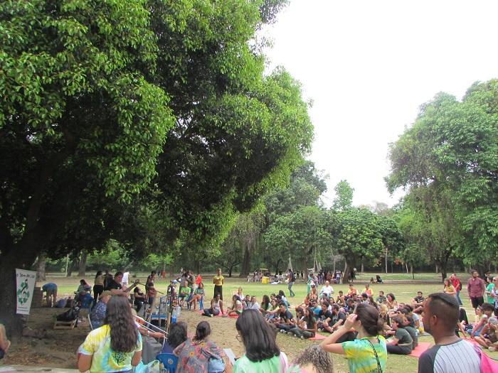 dezenas de alunos sentados na grama