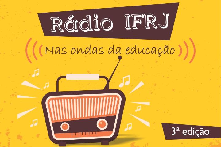 """Fundo amarelo, com um desenho de um rádio marrom. Na parte de cima, a logo """"Rádio IFRJ: Nas ondas da educação""""."""