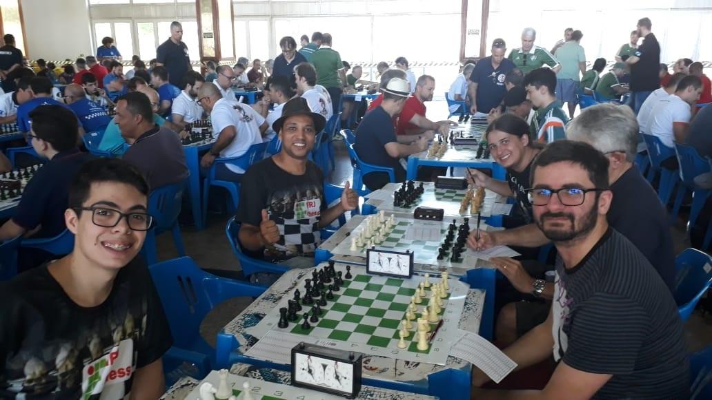 equipe IFRJ-CHESS sentada para disputa do campeonato de xadrex
