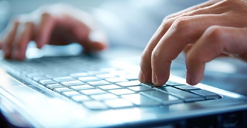 imagem de uma pessoa digitando utilizando o teclado de computador